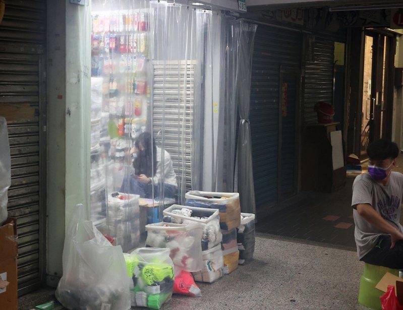 苦熬生計 主計總處公布五月失業率創下七年半以來新高,大台北地區街頭行人稀少,有些商家配合防疫暫時歇業,有些店家苦等客人。記者潘俊宏/攝影
