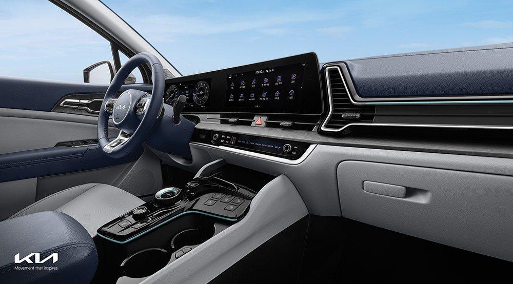 第五代Kia Sportage如同全新Kia K8,採用了結合數為儀表與中控螢幕...