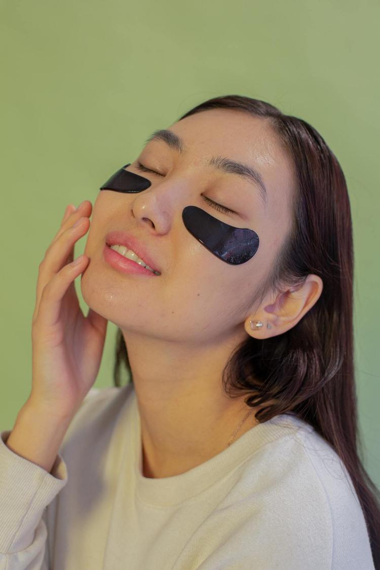 戴口罩後,眼周細紋保養更重要。圖/摘自Pelexs