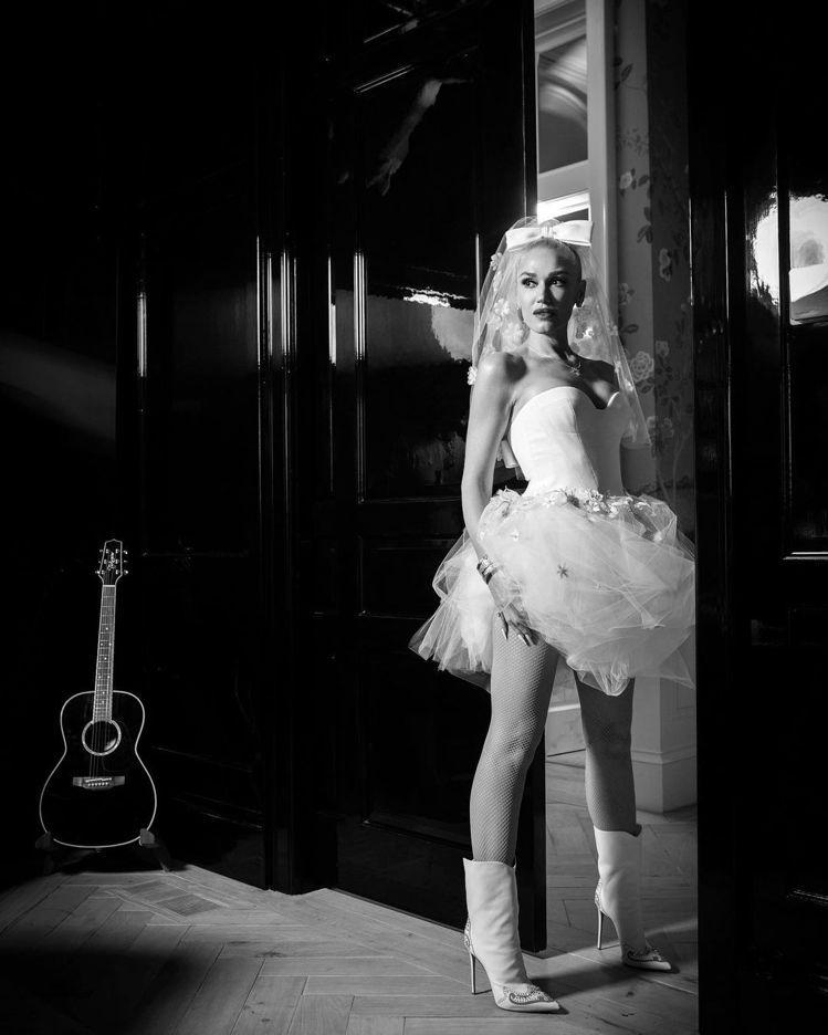 關史蒂芬妮穿Vera Wang訂製婚紗,搭襯性感的白色網襪、義大利皮革靴款Le ...