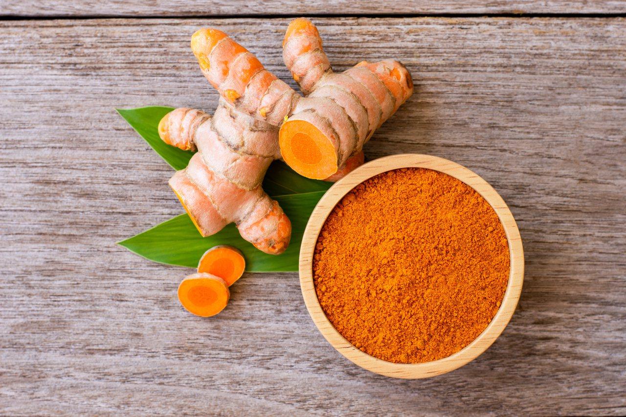 研究指出,薑黃素能紓緩行動不適。 圖/Shutterstock 提供