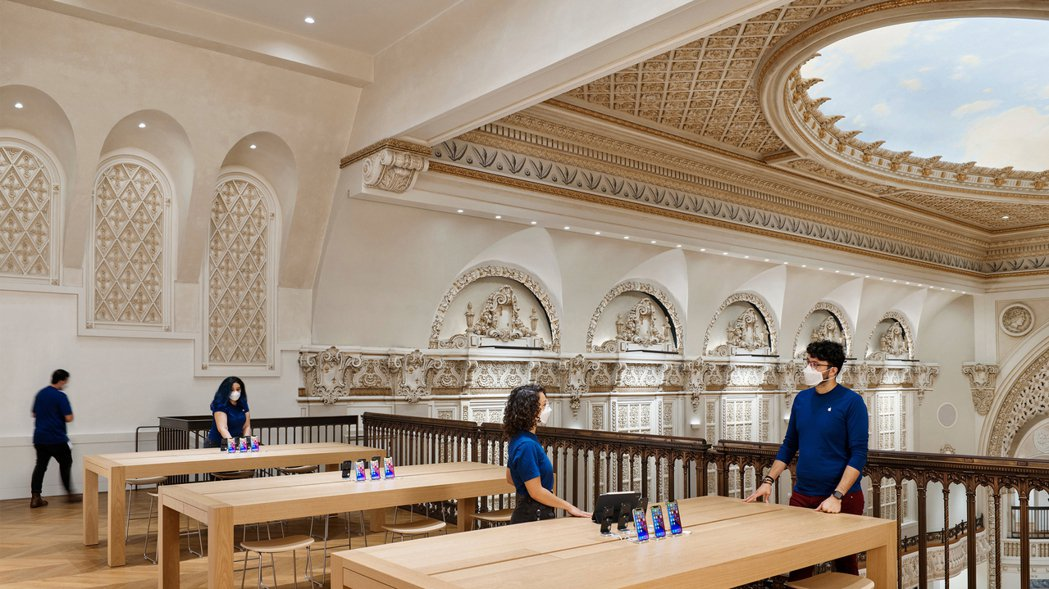 Apple洛杉磯新店,善用原本劇院空間。圖/Foster + Partners提...