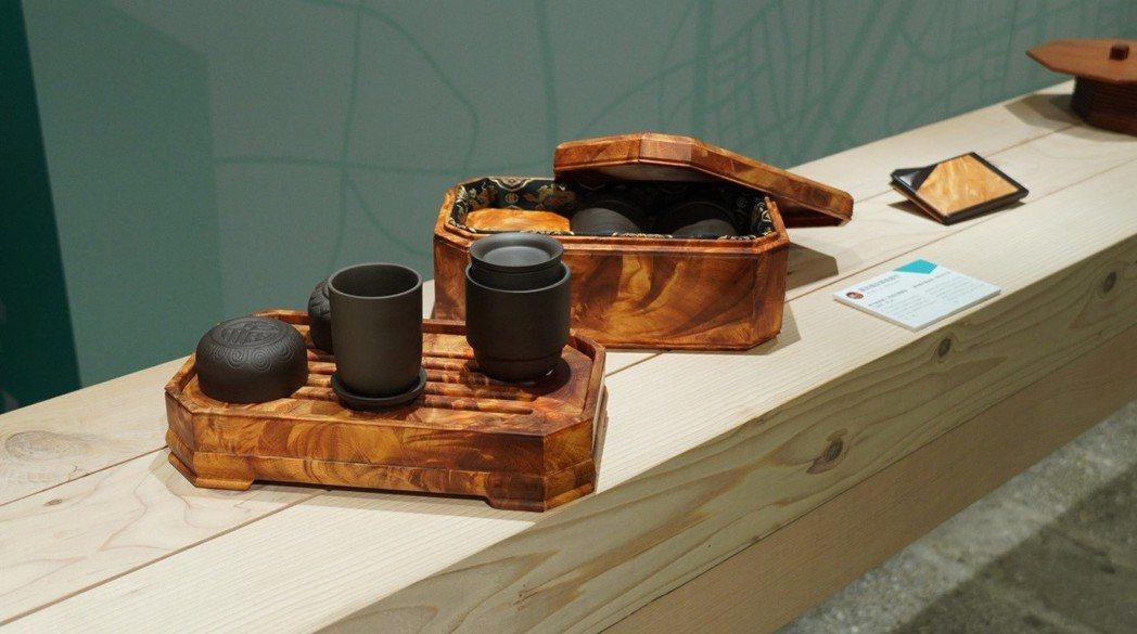 羅武榴紋藝術創作「檜木鳳尾榴-八角榴紋寶藏盒(茶几組)」。 圖/點睛設計提供 (...