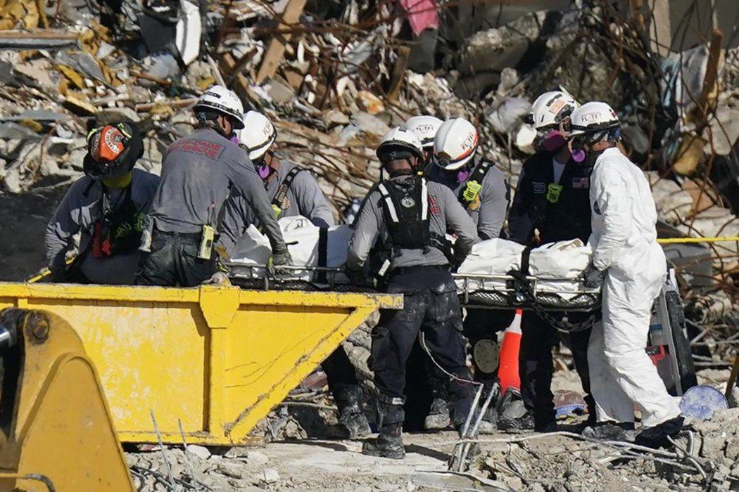 70~109人還在大樓殘骸中的估算,是已扣除救難隊員找回36具遺體的死亡數。因此...