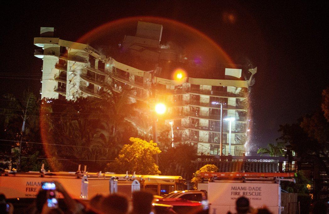 張伯倫塔南棟「半毀但未倒塌」的西側大樓,已在7月4日晚間爆破拆除。 圖/歐新社