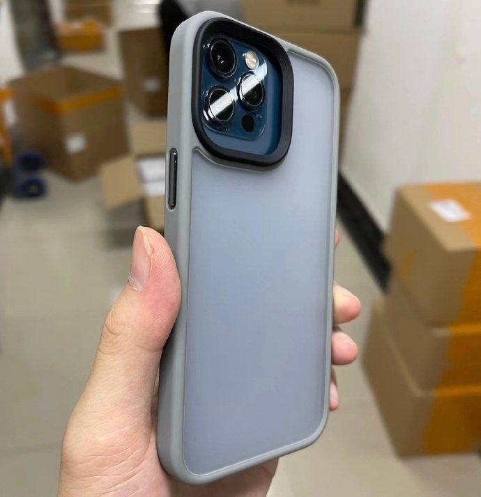 圖為疑似是iPhone13 Pro的手機殼。擷自「老爆科技」微博