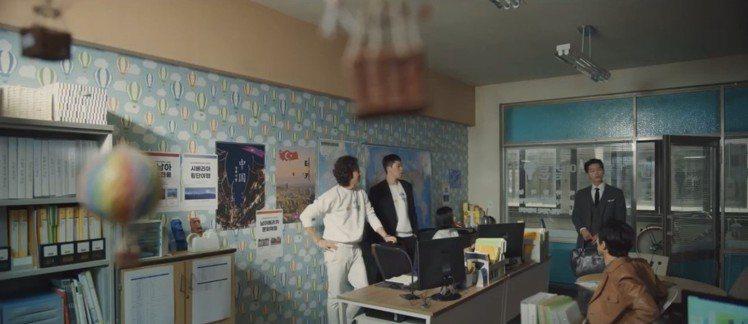 《黑道律師文森佐》之中錦加大廈的旅行社,以Authentic Models熱氣球...