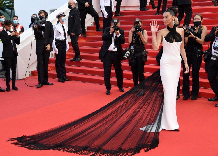 貝拉哈蒂德穿上Jean Paul Gaultier於2002年設計的高訂禮服,展...