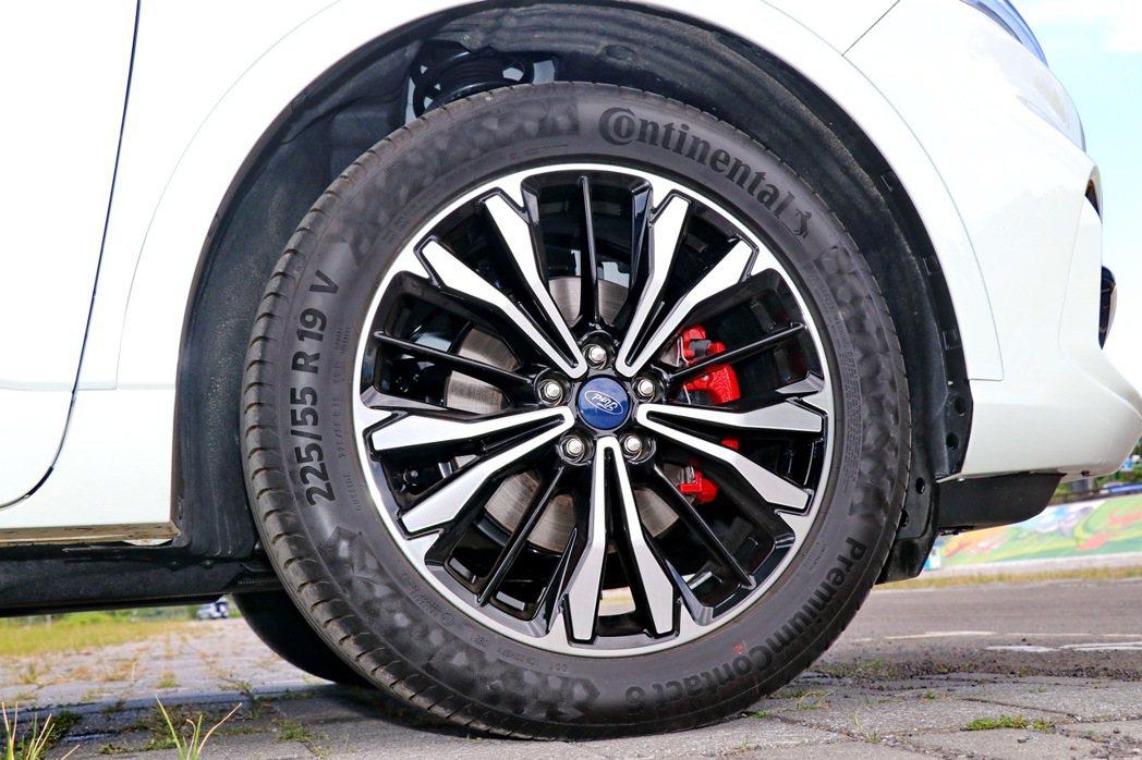 19吋鷹爪雙色切削鋁圈換上了全新彰顯熱血跑格的紅色卡鉗,並標配德國馬牌Premi...
