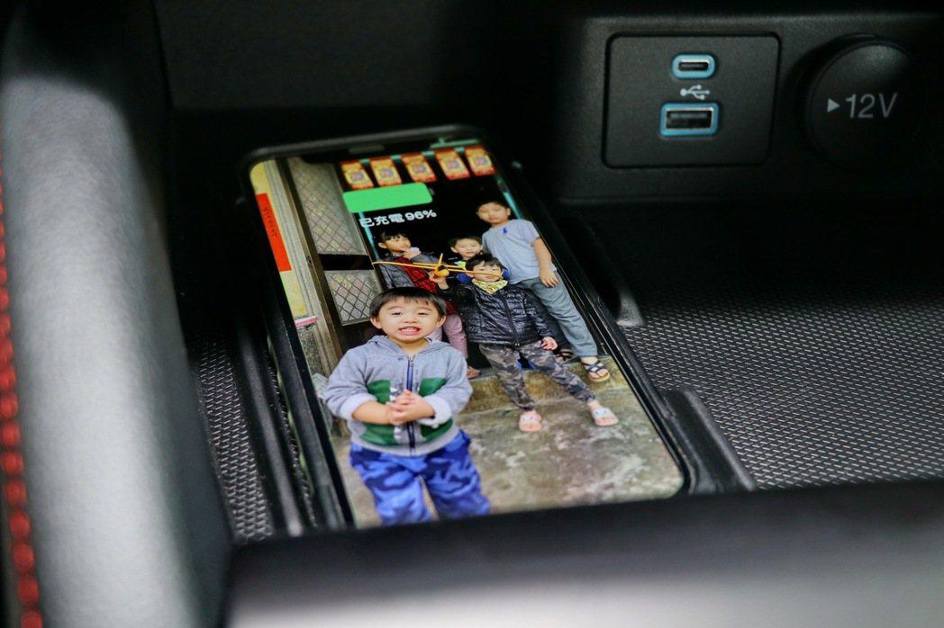 Qi手機無線充電座。 記者陳威任/攝影