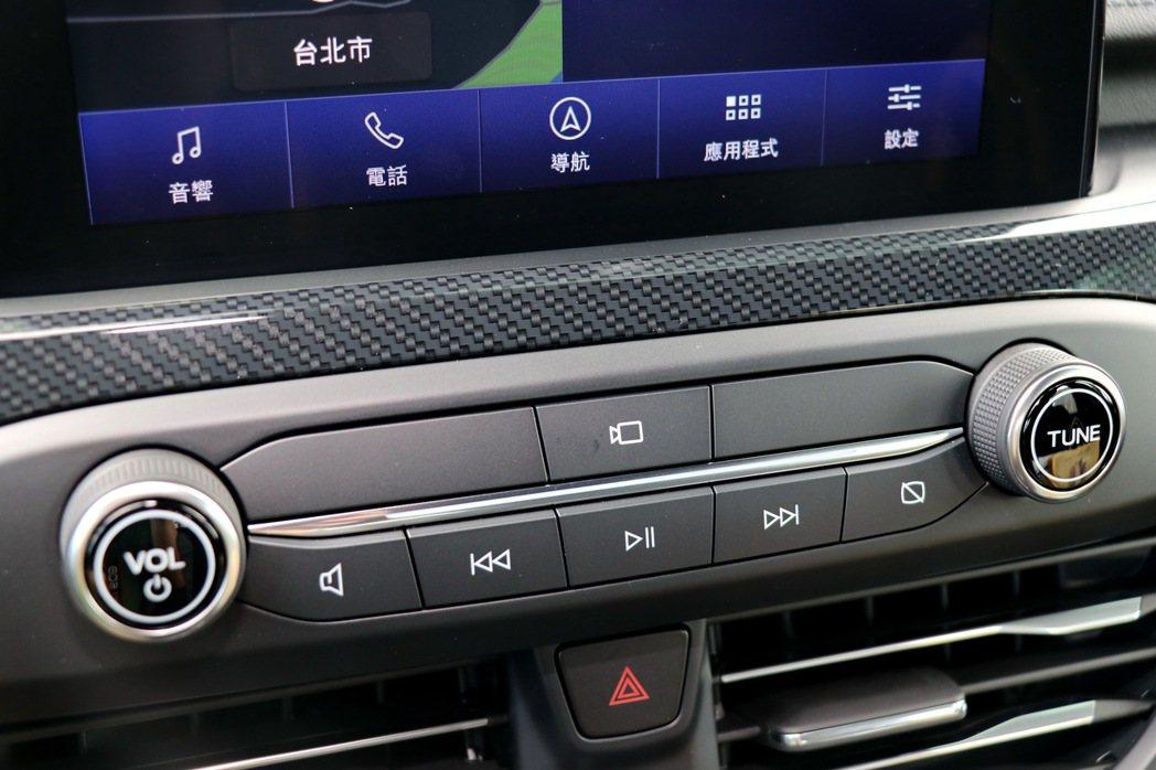 在螢幕下方也有一鍵式前鏡頭按鈕。 記者陳威任/攝影