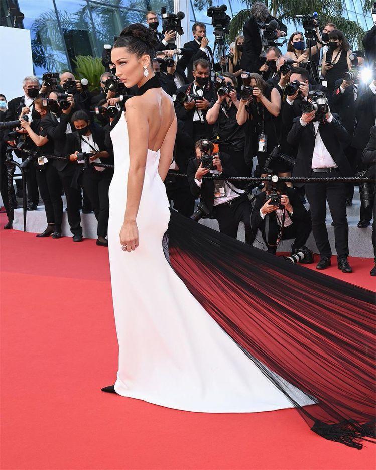 超模Bella Hadid選穿Jean Paul Gaultier經典禮服現身坎...