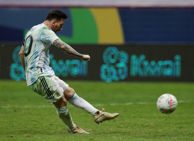 梅西在美洲盃四強對戰哥倫比亞時多次被鏟球,帶著血襪奮戰仍率阿根廷闖進決賽,將與巴西內馬爾上演頂尖對決爭冠。 路透社