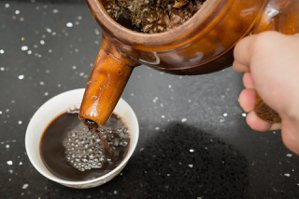 陳旺全特別公開其平常飲用的「防疫茶」配方,一般人可以飲用,也有助於舒緩施打疫苗後...