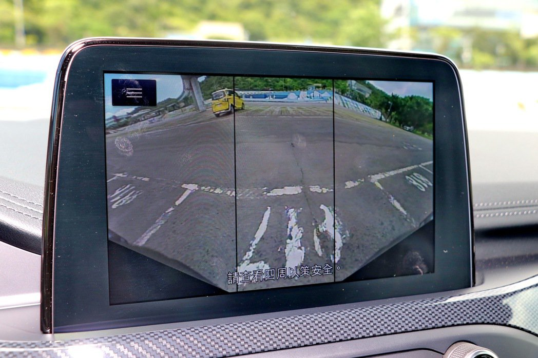 前鏡頭360°與鳥瞰畫面功能,可以減少起步時前方盲區可能的危險。 記者陳威任/攝...