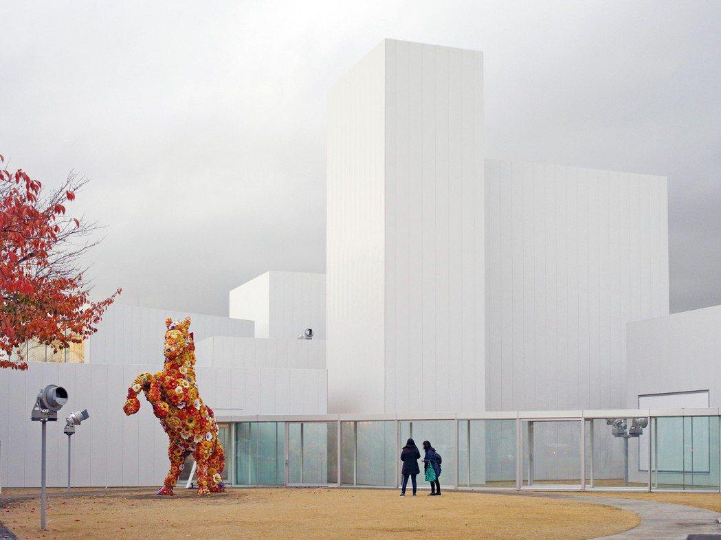 西澤立衛的美術館建築,像是美術館最大收藏般地矗立著。 圖/吳東龍提供