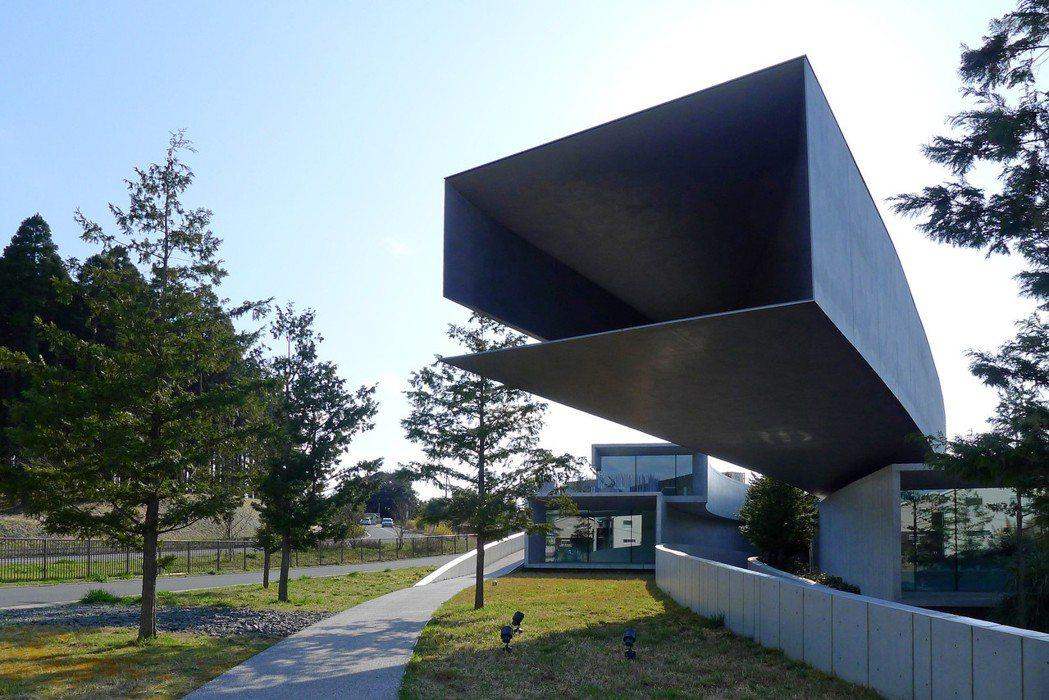 「HOKI MUSEUM」大膽採用鋼板與清水混凝土建造如箱涵般的建築外觀。 圖/...