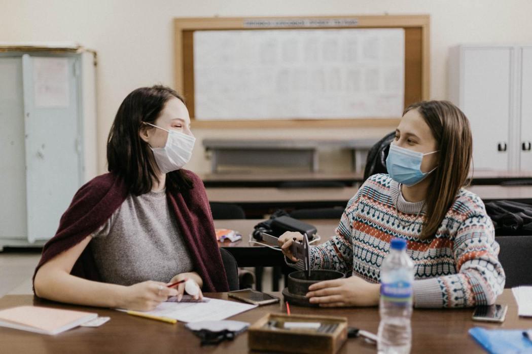 學生在實體學校與人們的互動、交流,是很重要的社會化歷程。 圖/unsplash