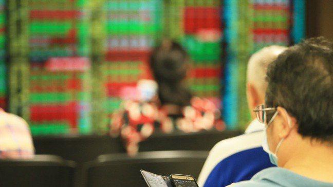 個股股價若一路飆高,是不是泡沫就看每股盈餘有沒有跟上。 記者潘俊宏/攝影