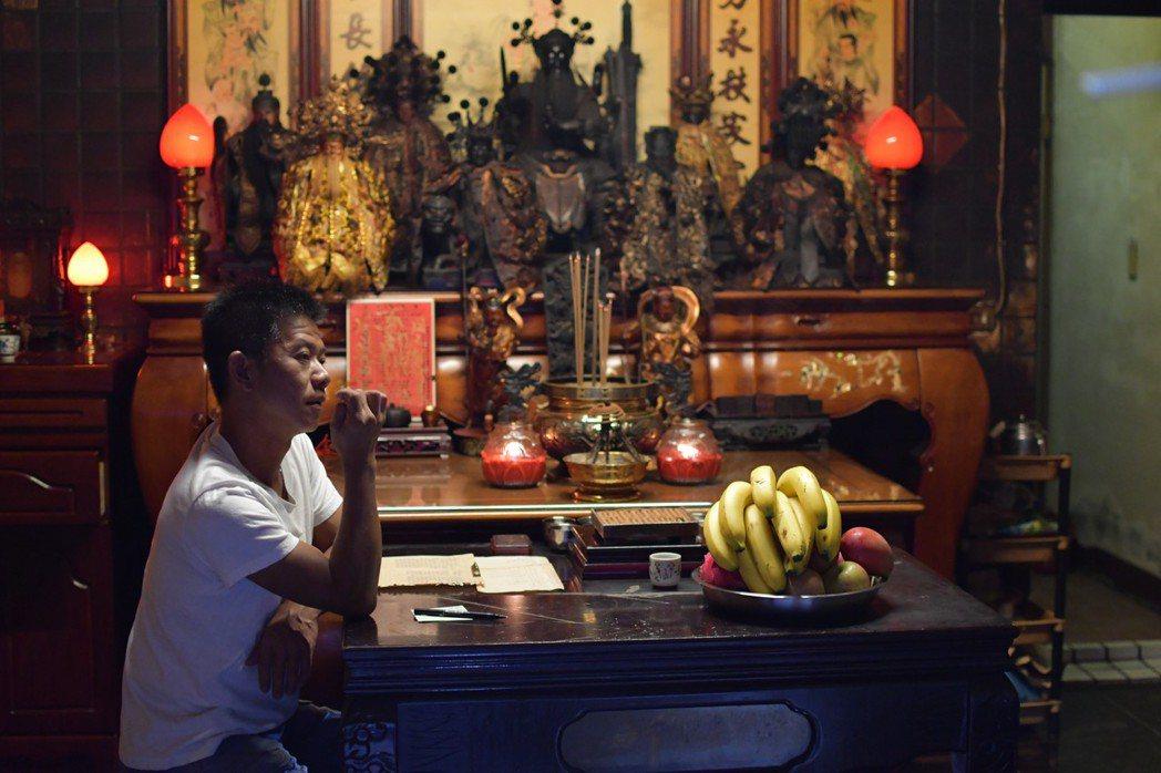 《神人之家》故事背景在盧盈良導演兄長以問神的能力幫助鄰里信徒之餘,卻無法協助經濟...