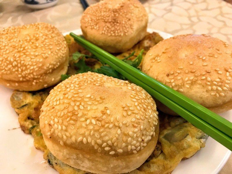 光餅長得像漢堡,可夾鮮蚵煎蛋一起食用。 (圖/魚夫)
