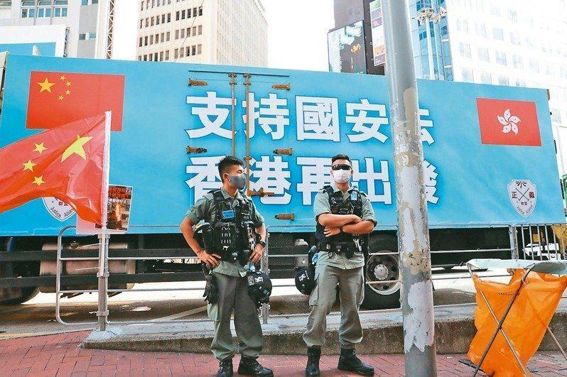 香港銅鑼灣大型車輛宣傳港版國安法,街頭可見警察執勤。香港中通社