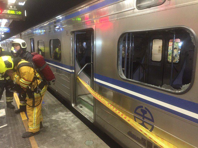 區間車爆炸案造成多位旅客受傷,救護人員立刻進行搶救。圖/聯合報系資料照片