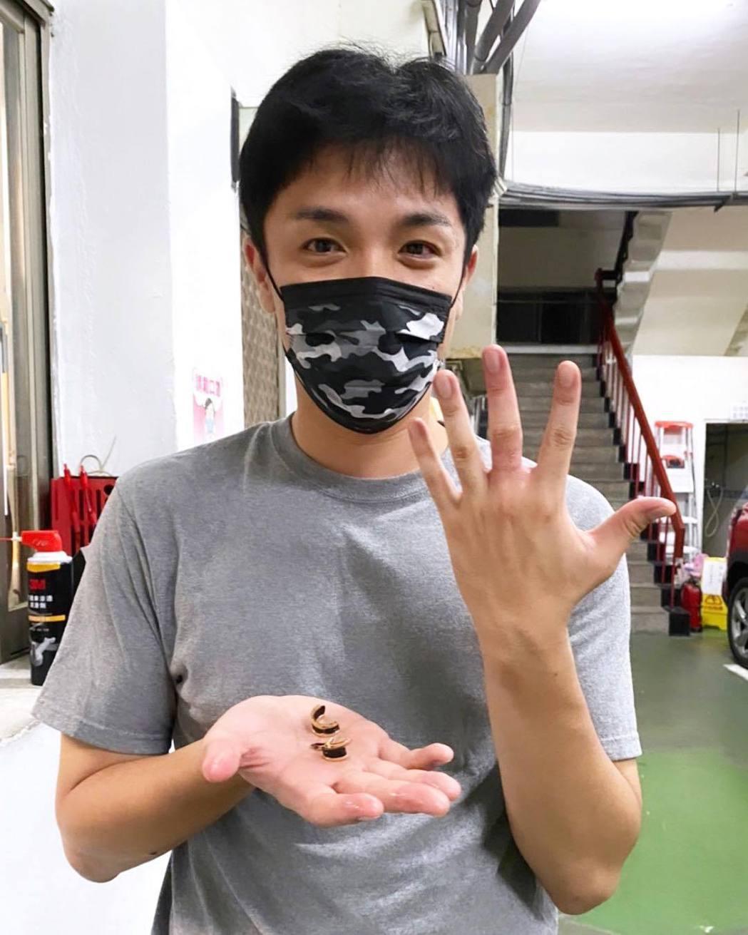 楊皓威半夜因戒指拔不下來急叩消防隊員最後成功搶救發紫的手指。圖/摘自臉書