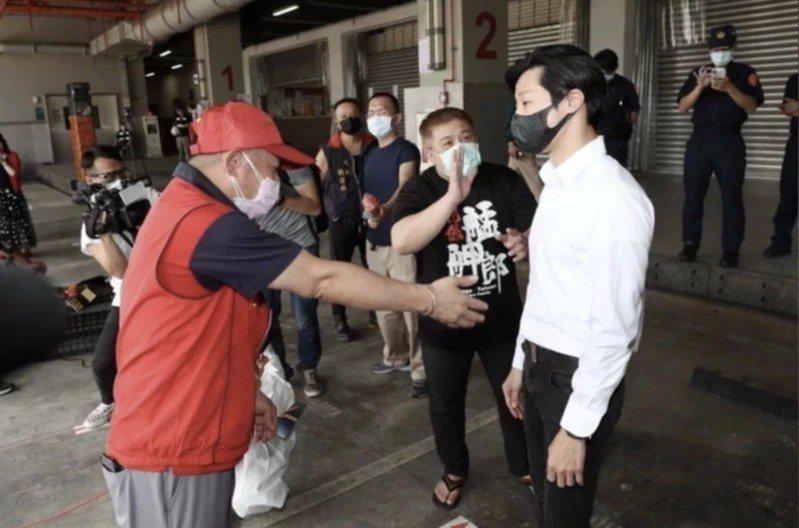立法委員林昶佐(右)日前被環南市場自治會長林勝東(紅衣者)嗆聲。記者余承翰/攝影