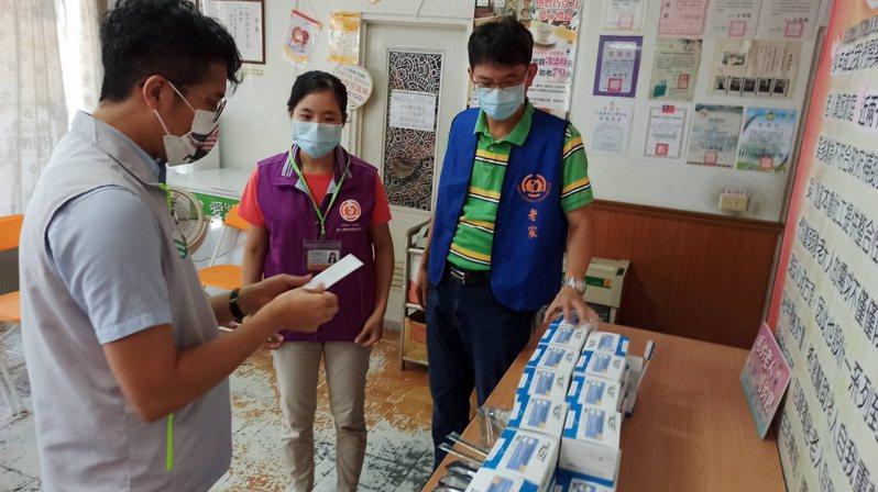 花蓮市民代表胡仁順(左)攜手必礦科技,捐贈200劑快篩試劑給老家協會。圖/胡仁順提供