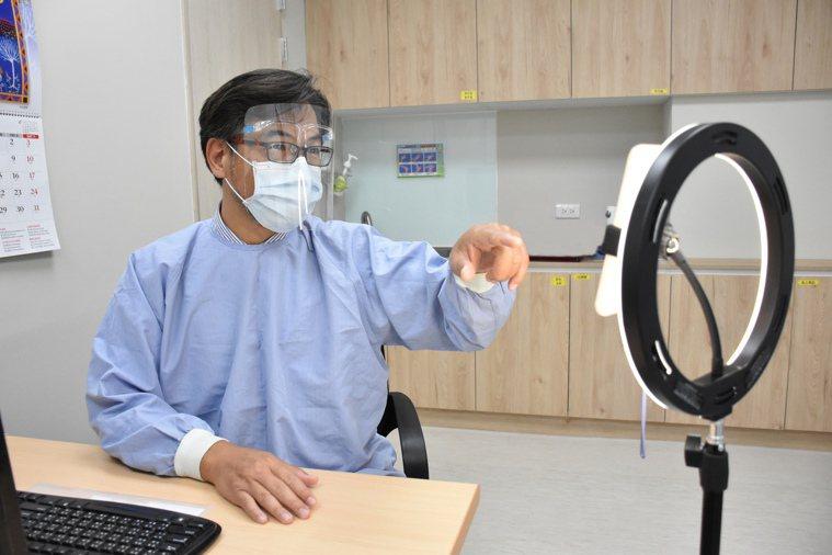 彰化秀傳中醫部主任呂友文與患者視訊。圖/秀傳醫院提供