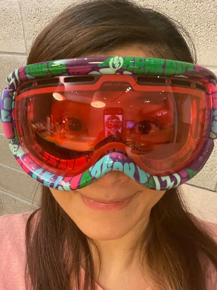 蘇慧倫拿出雪鏡,笑稱可以戴著出門採買。圖/摘自臉書
