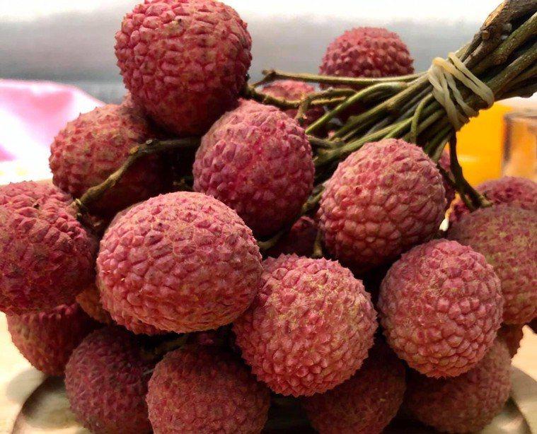 荔枝是夏日水果,香甜多汁但因糖份高,民眾食用應適量,避免影響健康。圖/南投醫院提...