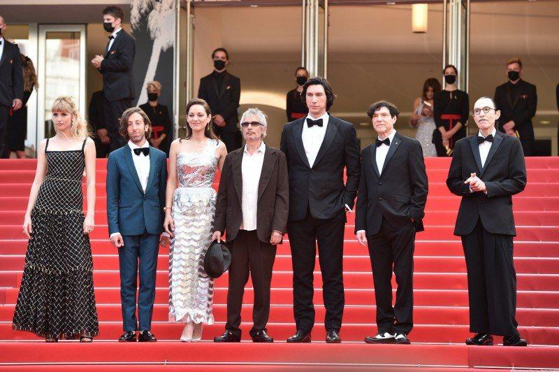 「安妮特」法國名導李歐卡霍(中)率領男主角亞當崔佛(右三)、女主角瑪莉詠柯蒂亞(