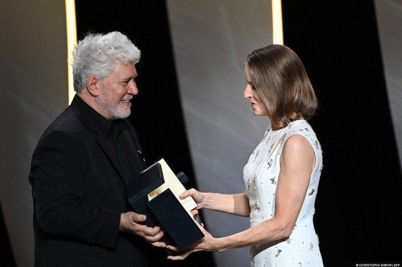 阿莫多瓦(左)頒發「榮譽金棕櫚」終身成就獎給茱蒂佛斯特(右)。圖/摘自坎城影展官...