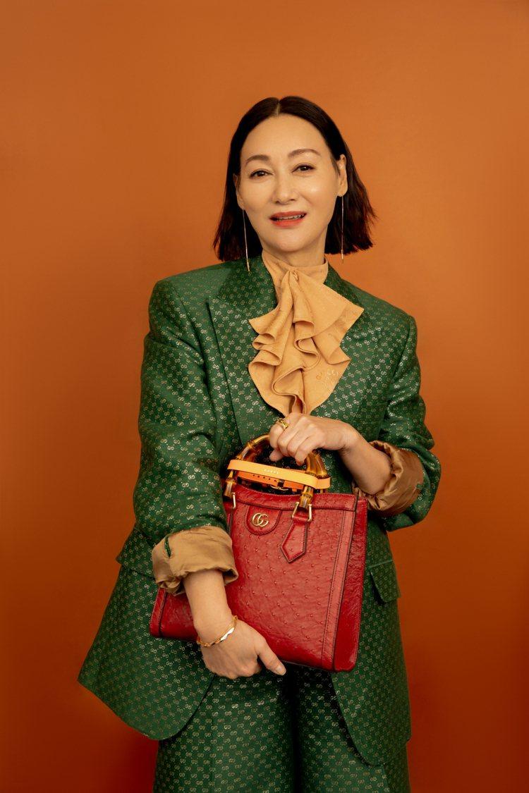 香港女星惠英紅拎GUCCI Diana系列包款。圖/GUCCI提供