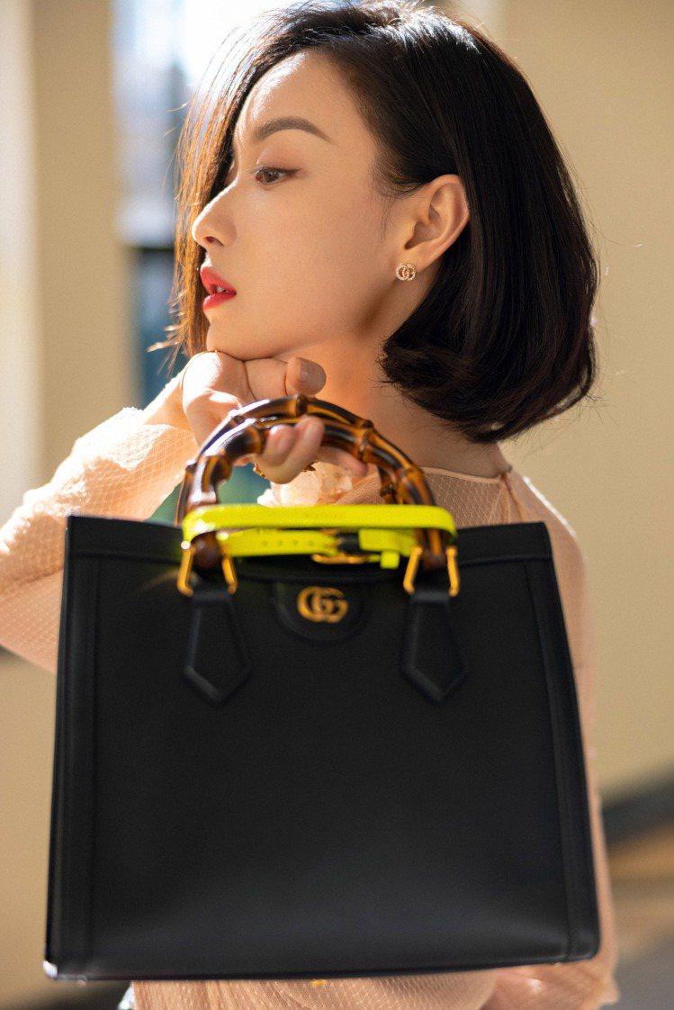 大陸女星倪妮展示GUCCI Diana系列包款。圖/GUCCI提供