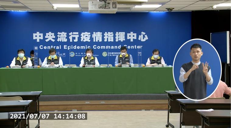 中央流行疫情指揮中心記者會。由左到右疫情監測組組長周志浩、專家諮詢小組召集人張上...