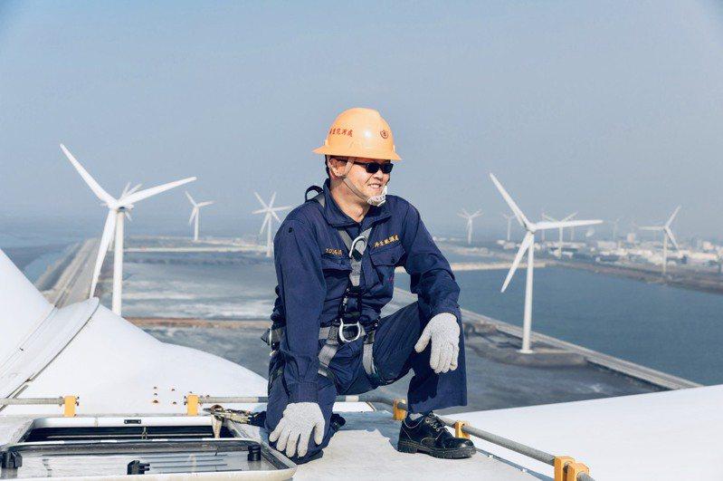 「電力及燃氣供應業」,薪資中位數高達112.4萬元,圖為台電風機維修的場景。圖/台電提供