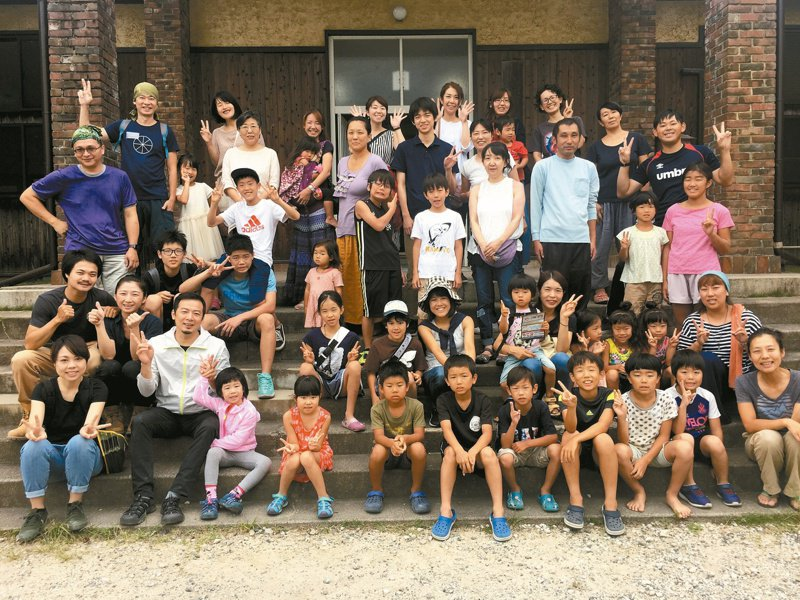 在美星高中門口與參加保養營的日本朋友們合照。照片提供/高耀威