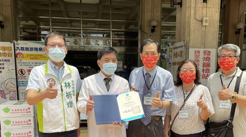 台灣輔助醫學醫學會今天捐贈台中榮總保健食品、精油等輔助醫學產品,提供第一線防疫醫護人員使用。圖/台中榮總提供
