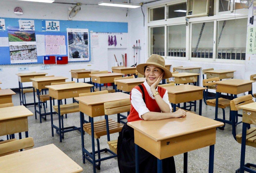 于子育獲頒傑出校友獎,重回高中時期的教室。圖/鵲兒喜娛樂經紀提供