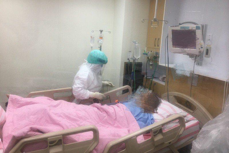基隆醫院收治1名確診者,在加護病房透過藥物與HFNC儀器雙軌治療好轉,20多天後康復出院。圖/衛福部基隆醫院提供