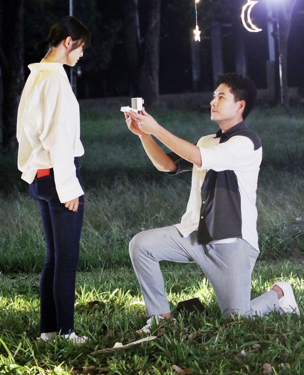 王傳一(右)戲中和賴雅妍下跪求婚,戲外也曾演過同樣戲碼跟老婆求婚。圖/三立提供