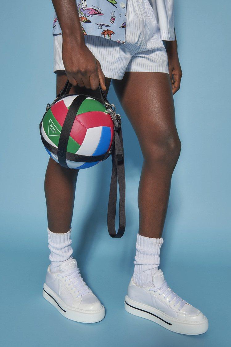 微風廣場獨家PRADA三角標誌排球,30,000元。圖/PRADA提供