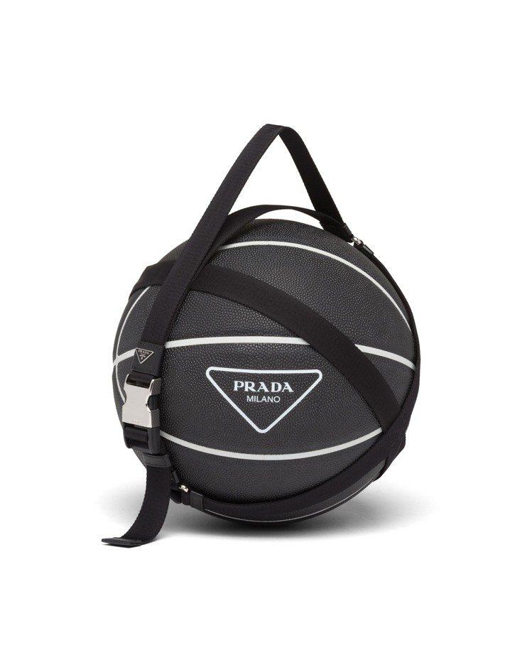微風廣場獨家PRADA三角標誌籃球,22,000元。圖/PRADA提供