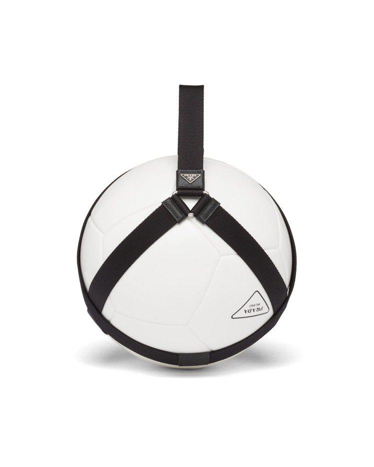 微風廣場獨家PRADA三角標誌足球,22,000元。圖/PRADA提供
