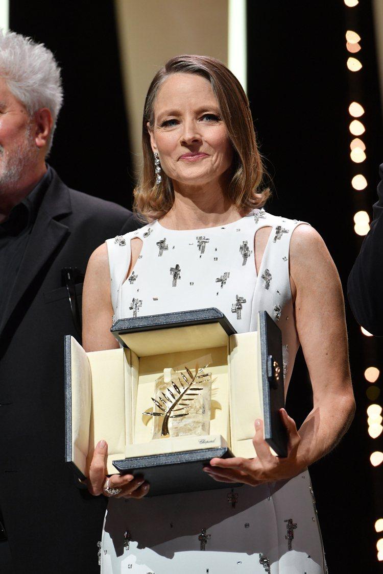 茱蒂福斯特配戴蕭邦高級珠寶鑽石耳環出席第74屆坎城影展獲頒終身成就獎。圖/蕭邦提...