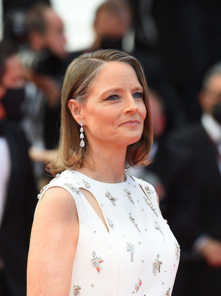 茱蒂福斯特配戴蕭邦高級珠寶鑽石耳環出席第74屆坎城影展。圖/蕭邦提供