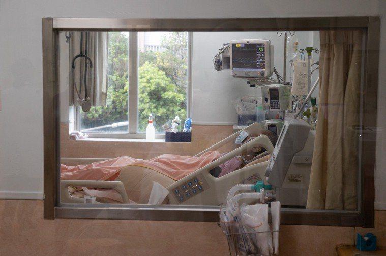 長輩感染新冠肺炎容易重症,若本身衰弱、失能更需要被優先保護。記者季相儒/攝影